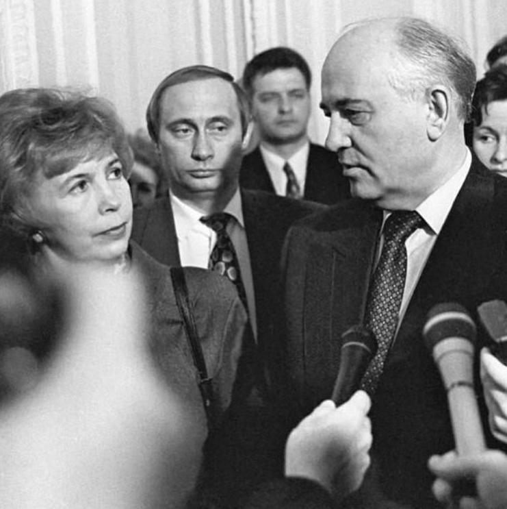 ''Вырастил шавку'': россиян разозлил снимок Путина с Горбачевым