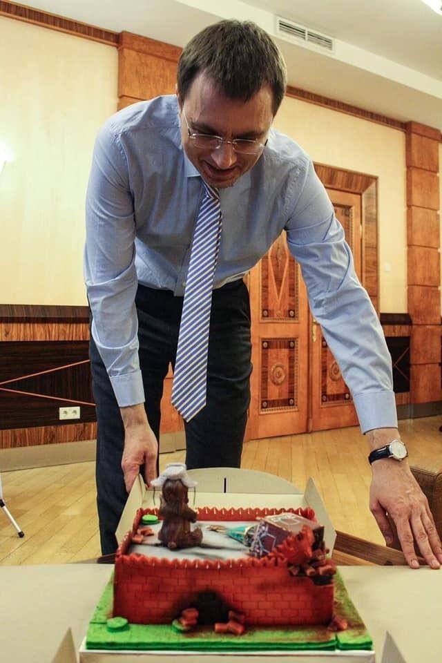 Омелян із тортом-Кремлем