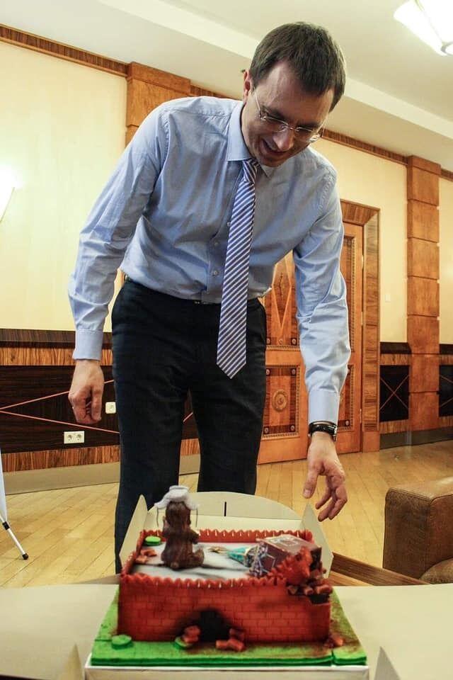 Омелян с тортом-Кремлем