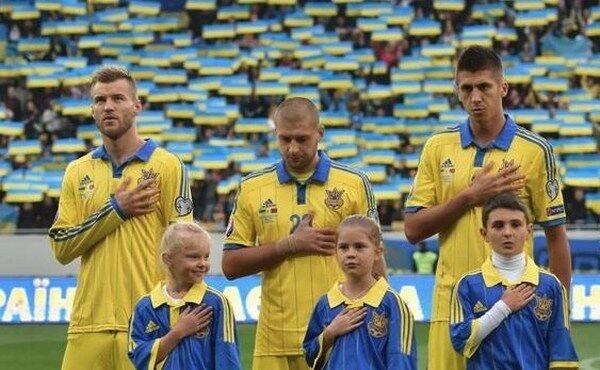 Ярослав Ракицкий (в центре) во время исполнения гимна Украины перед матчем сборной