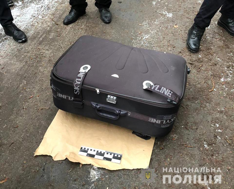 Просять впізнати знайдену у валізі дівчину. Фото 18+
