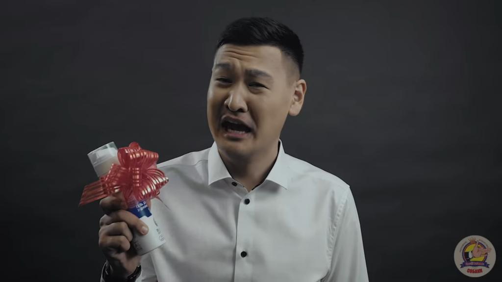 Мужики рыдают:в России сняли пародию на хит KAZKA ''Плакала''