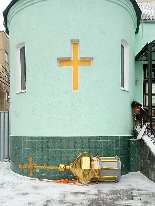 В Виннице священника УПЦ МП выгнали из храма: он стащил купол