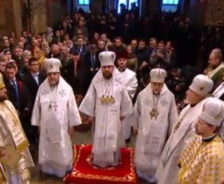 Порошенко и Епифаний внесли Томос в Софию Киевскую