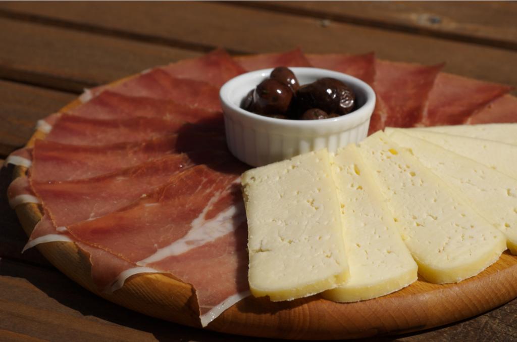 Негушський пршут і сир