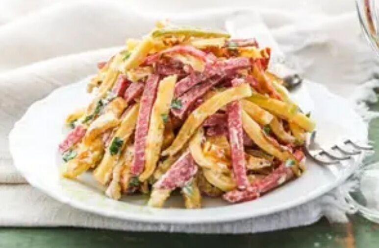 Рецепт смачного салату з омлетом і ковбасою