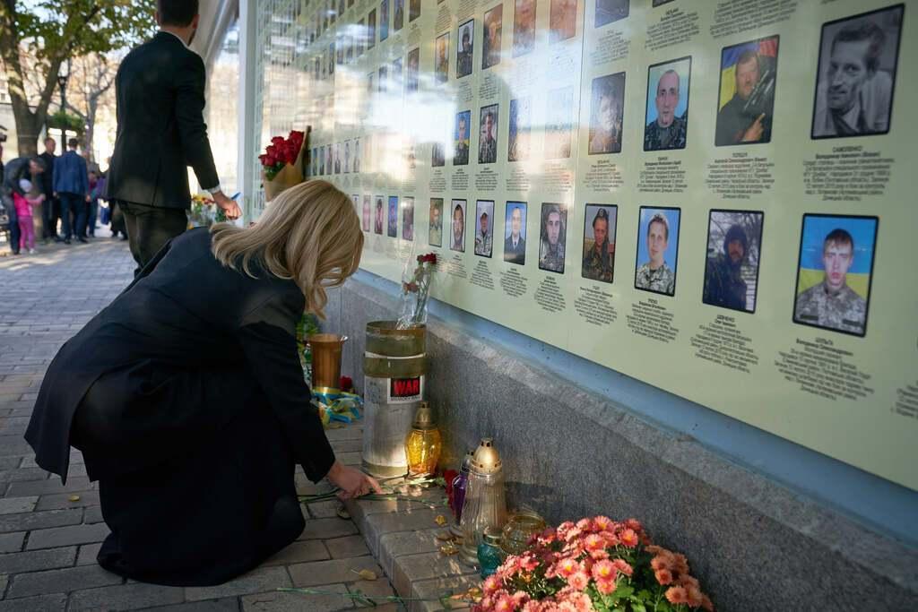 Зеленський із дружиною вшанували пам'ять загиблих на Донбасі