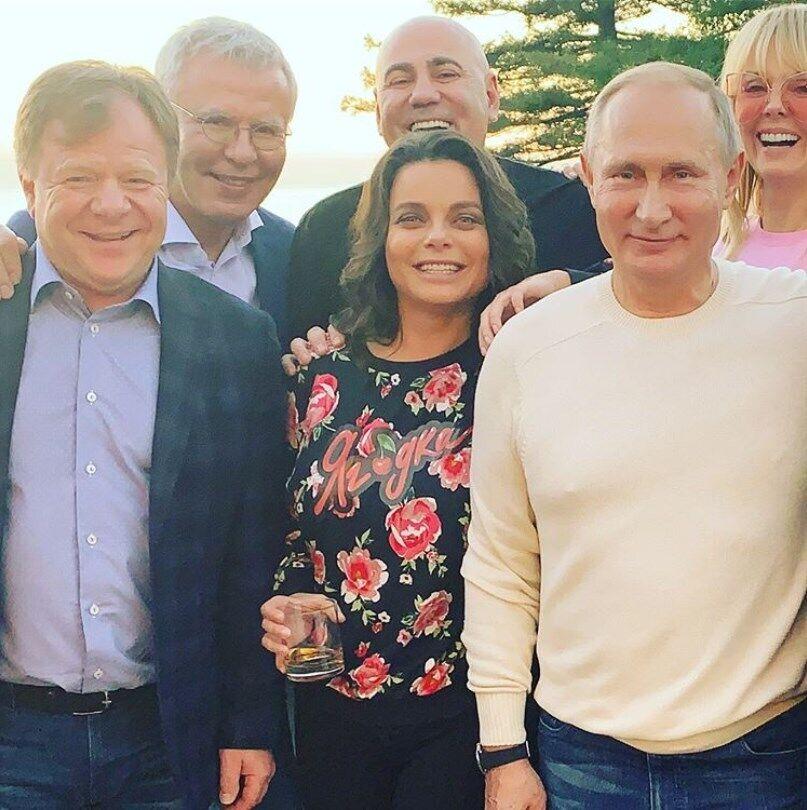 Наташа Корольова (в центрі), Володимир Путін (праворуч)