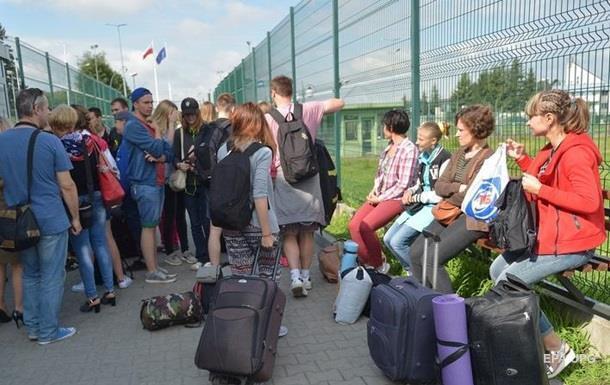 Українці масово їдуть на заробітки до сусідньої Польщі, сподіваючись на краще життя
