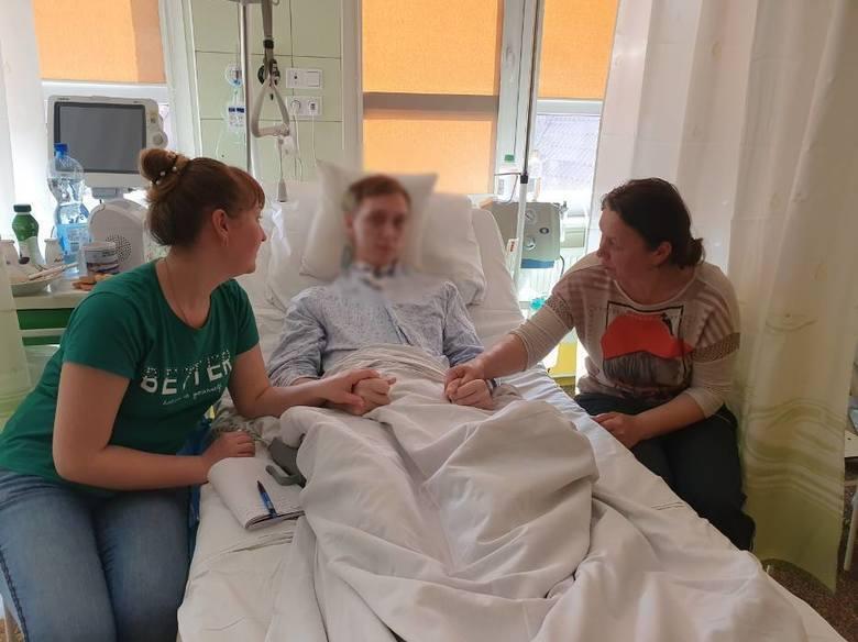 Микола з нареченою (зліва) і мамою. Він 18 днів провів у комі, а зараз намагається згадати про себе хоч щось