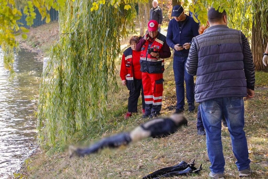 """В Днепровском районе Киева в среду, 16 октября, на озере """"Радуга"""" люди заметили голову человека, которая находилась на поверхности воды"""