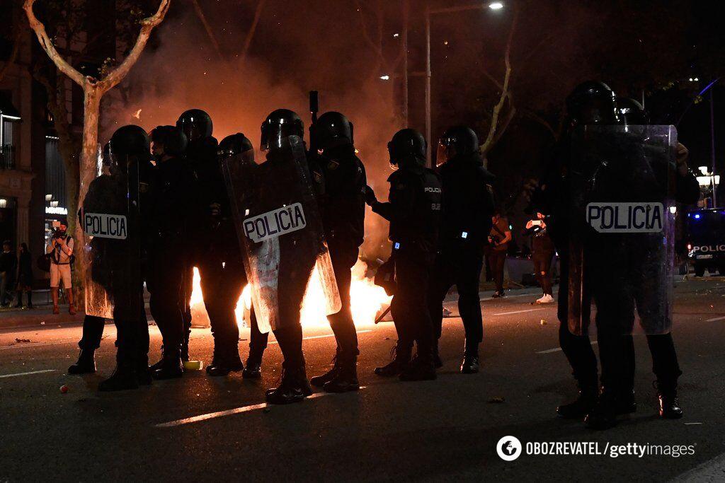 Сносят заборы и бросаются мусором: протесты в Барселоне переросли в беспорядки. Фоторепортаж
