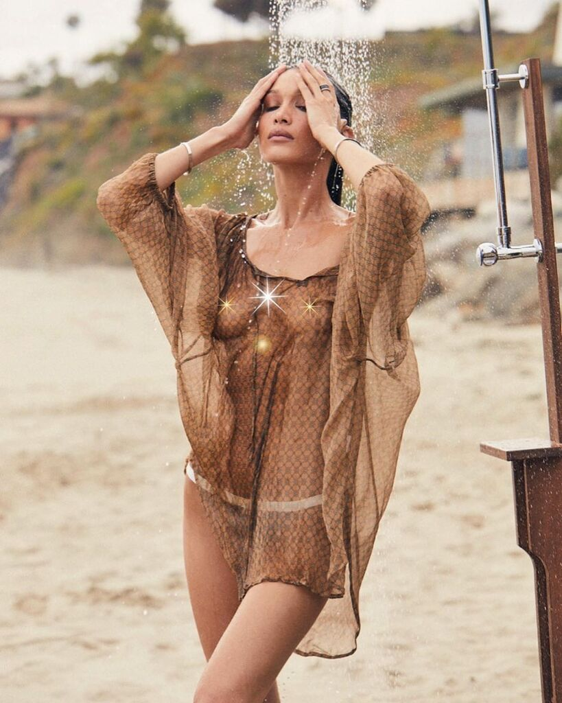 Белла Гадід в прозорій накидці на голе тіло
