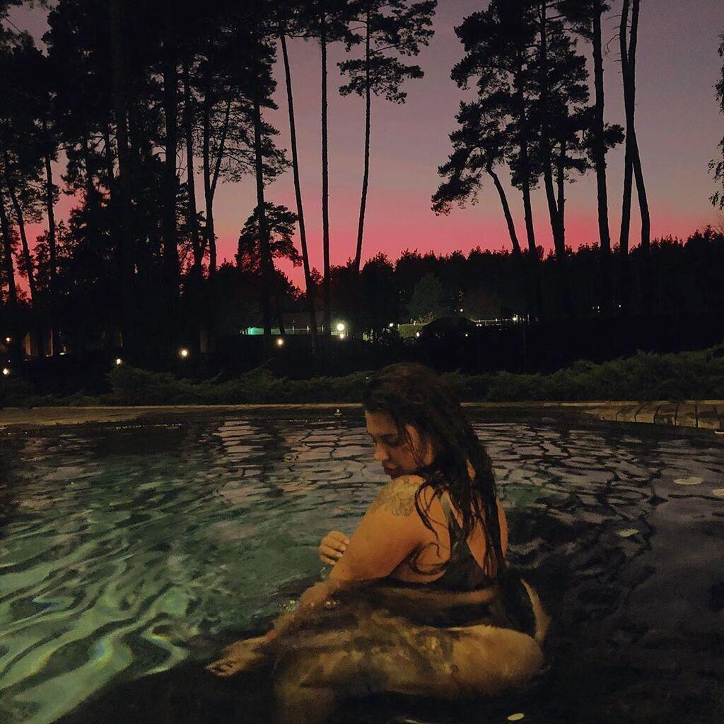 Зарицкая сверкнула ягодицами в бассейнке