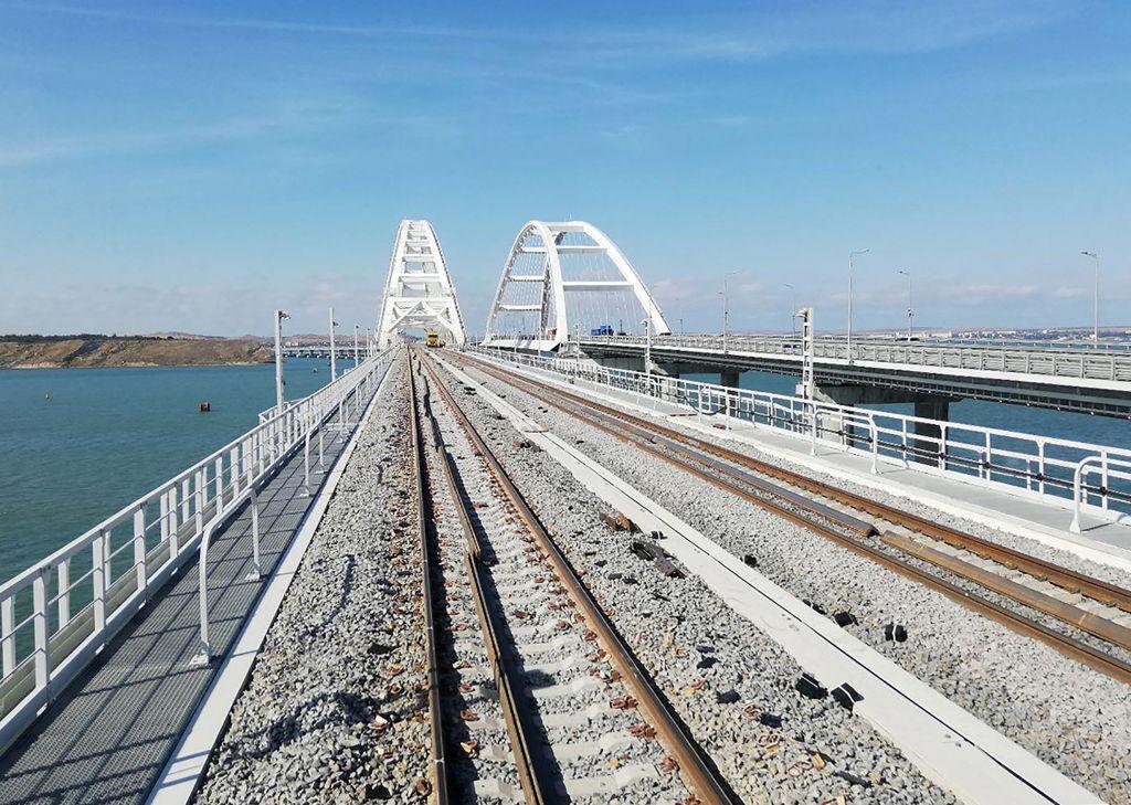 Установка ж/д пролетов на Крымском мосту