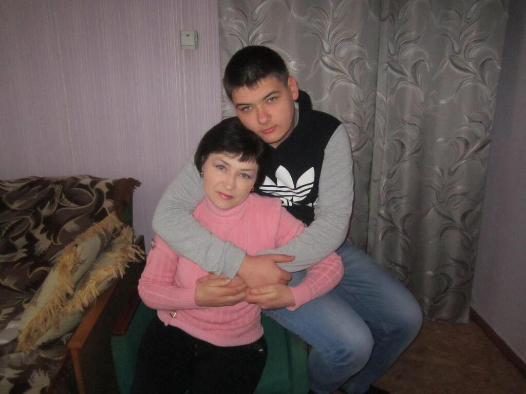 """Руслан Продченко с мамой. Фото мама подписала: """"Моя опора и надежда"""""""