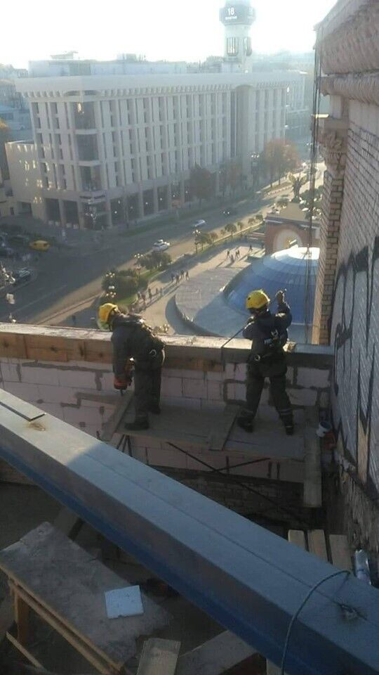 В центре Киева, на Майдане Незалежности, начали разбирать скандальную пристройку на крыше одного из зданий