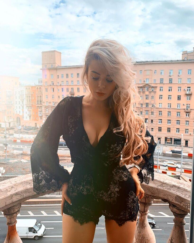 Алина Гросу засветила пышную грудь