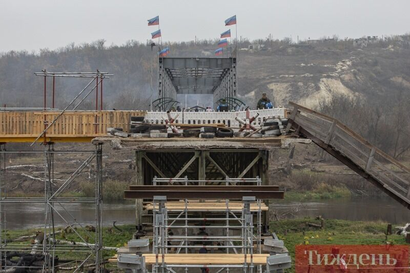 Прапори терористів на мосту біля Станиці Луганської