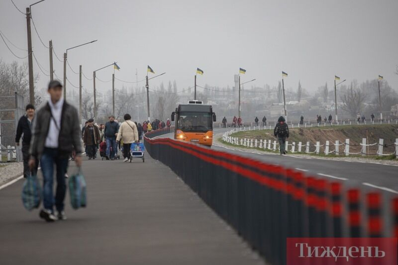 Українські прапори на частині мосту на вільній території