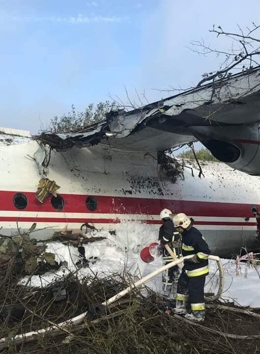 Під Львовом, біля цвинтаря у Сокільниках, вранці 4 жовтня розбився літак Ан-12 авіакомпанії Україна Аероальянс