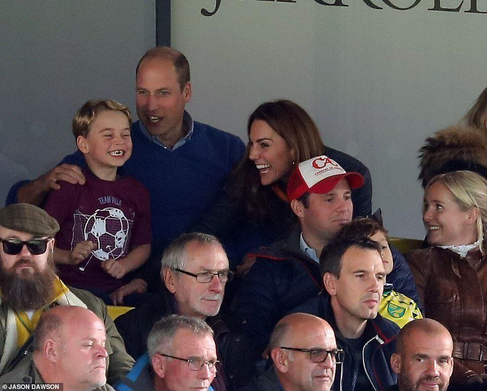 Королівська родина на футболі – Джордж щасливий
