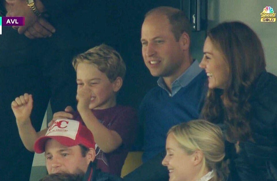 Щасливий принц Джордж на футболі
