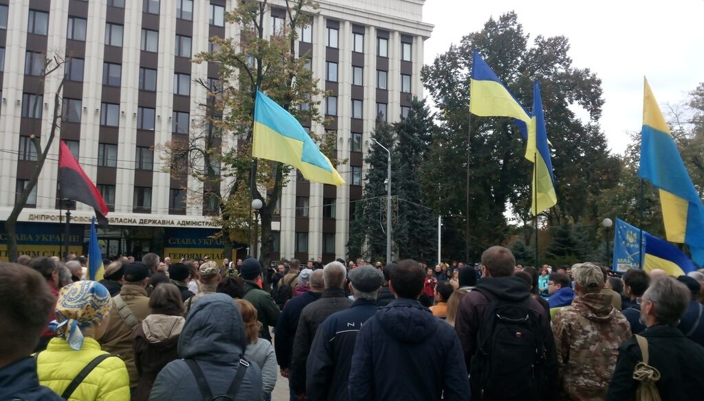 Під будівлею ОДА зібралися кілька сотень людей