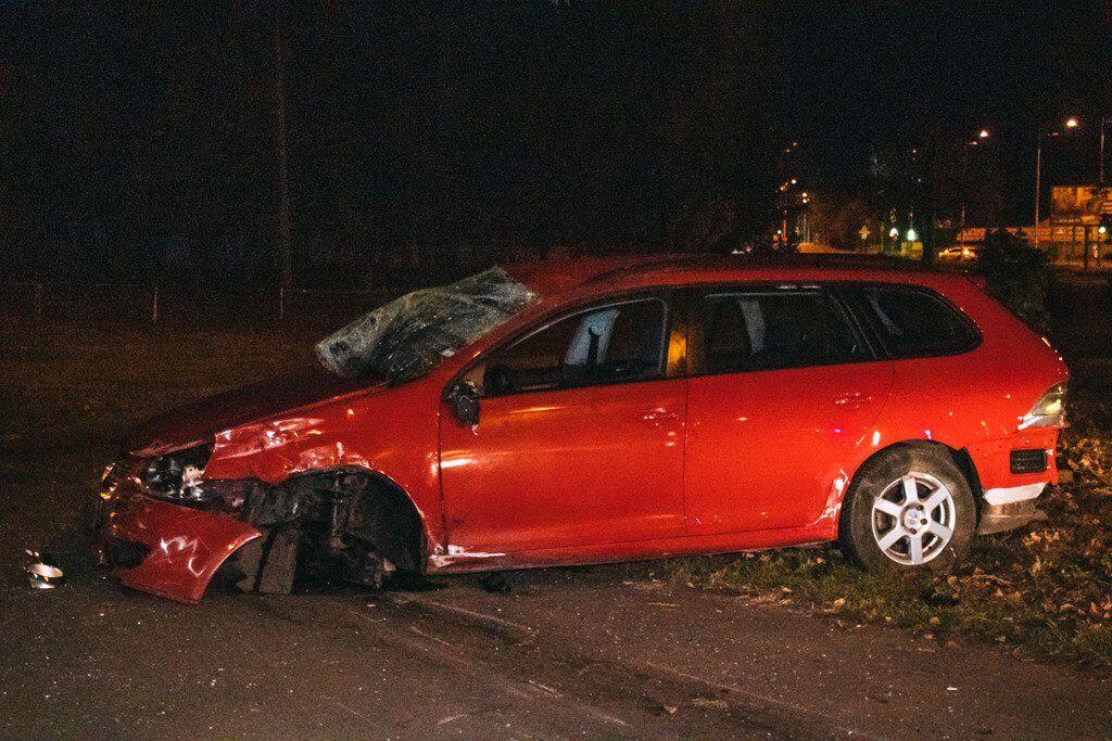 У вівторок вночі, 8 жовтня, у Дніпровському районі Києва, на проспекті Гагаріна, автомобіль Volkswagen Golf потрапив у ДТП
