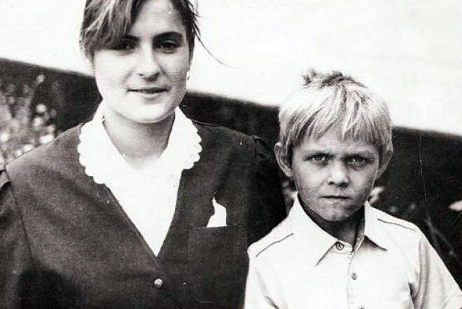 Олександр Усик із матір'ю (1993 рік)