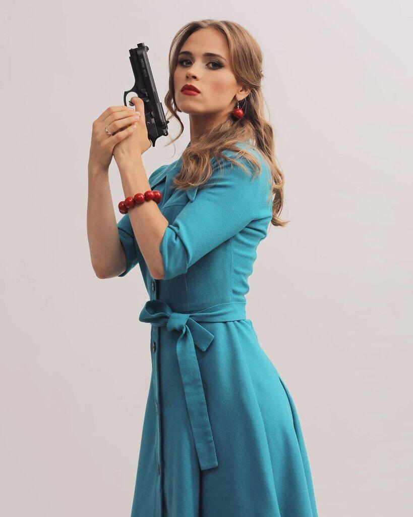Ганна Кошмал з пістолетом