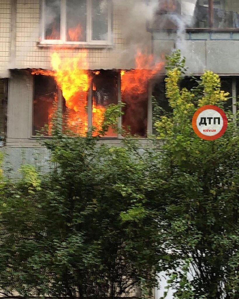 В Деснянском районе Киева в среду, 9 октября, вспыхнул масштабный пожар в жилом доме