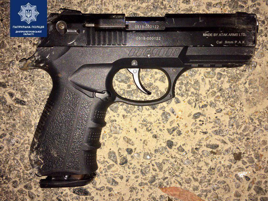 Підозрюваний викинув із салону пістолет