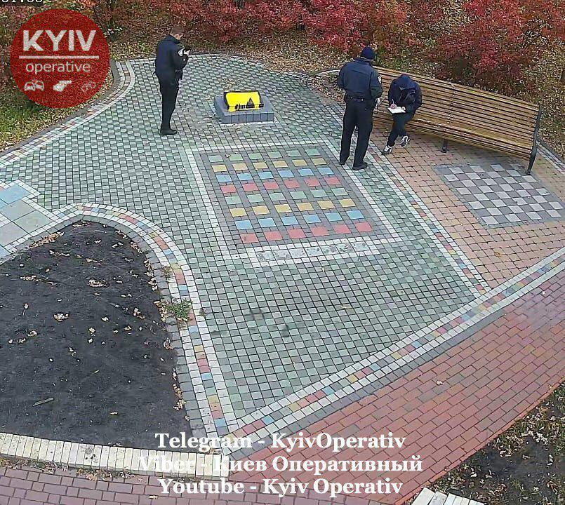 Вандал облив фарбою фундамент пам'ятника