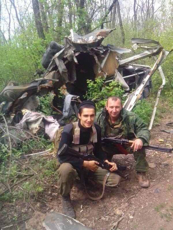 Боевик Шеробоков (справа)