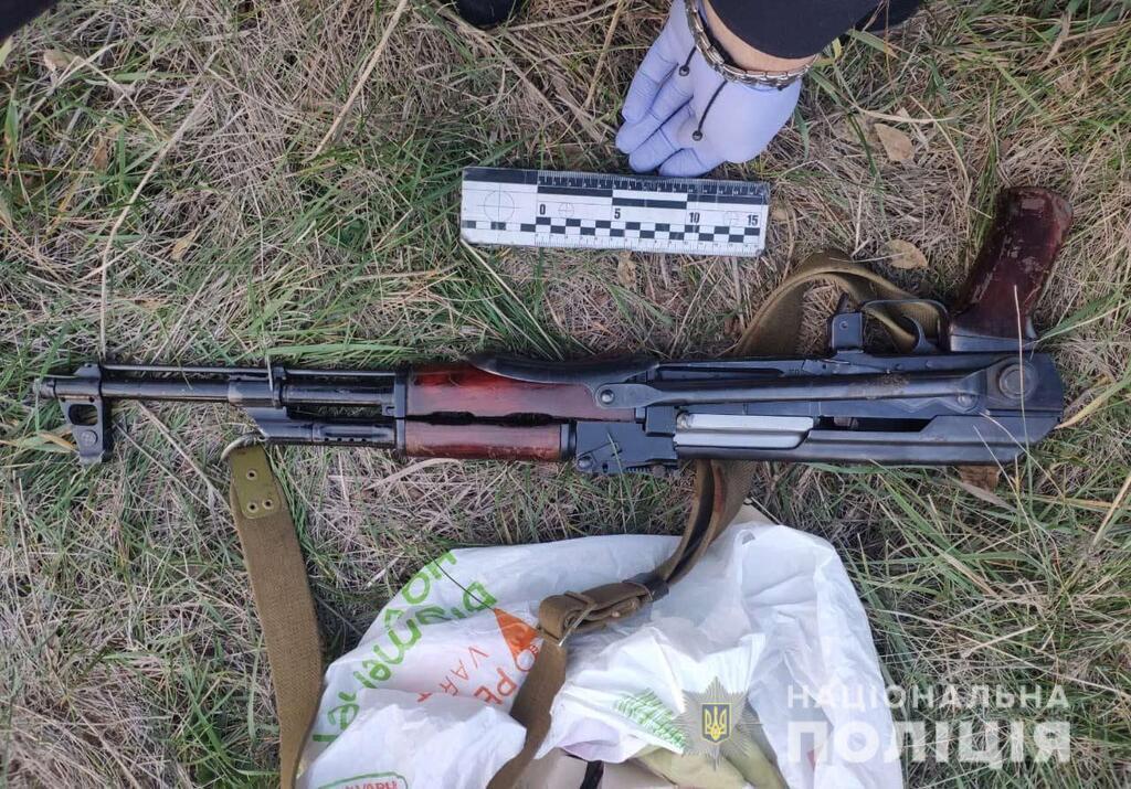 Полицейские обнаружили на дороге автомат и боеприпасы