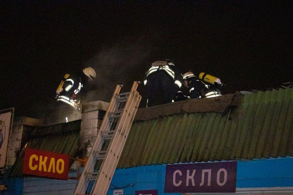 Огонь вспыхнул на крыше одного из торговых павильонов