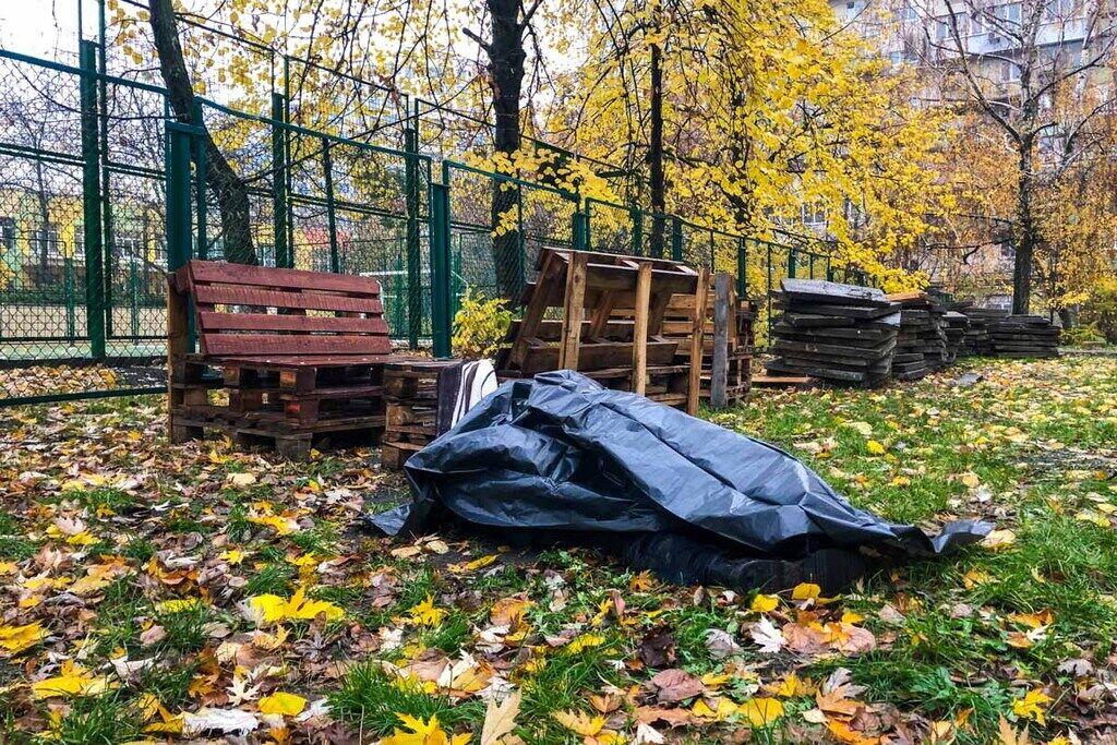 Тело находилось посреди двора на улице Евгения Сверстюка, 8а