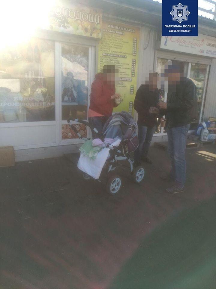 В Одессе по рынку разгуливала пьяная горе-мать с младенцем