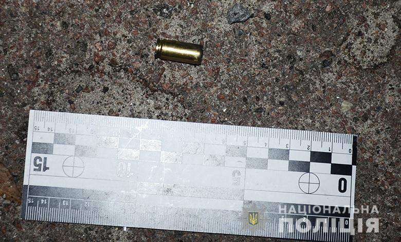 В Дарницком районе Киева, на улице Боровой, 43, неизвестный открыл огонь по мужчине