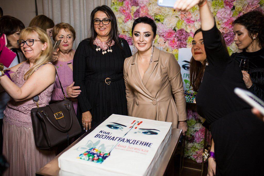 Знаменитий письменник представила в Києві новий роман: фото зоряної вечірки