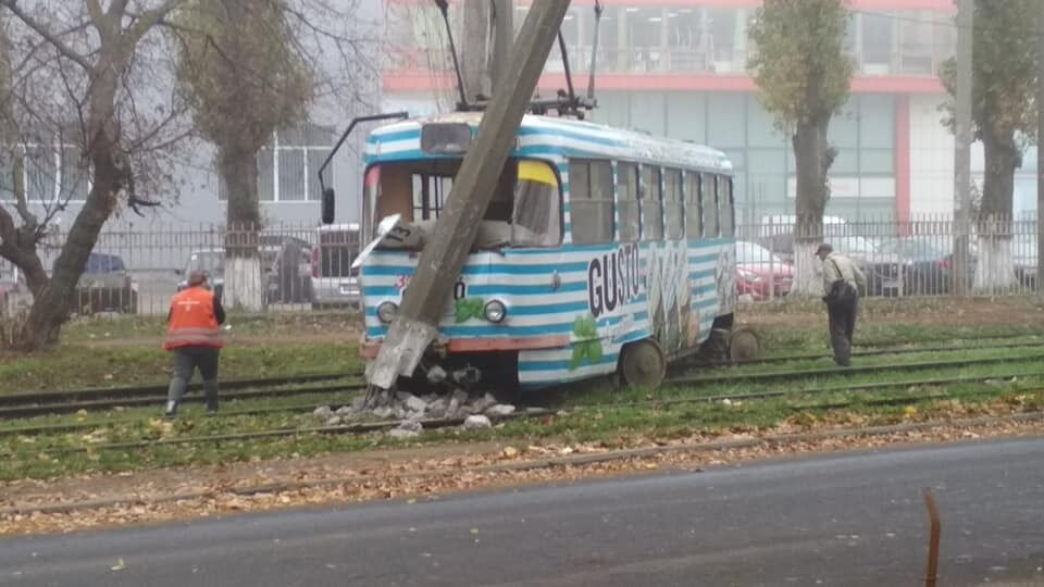 В Одессе трамвай снес электроопору