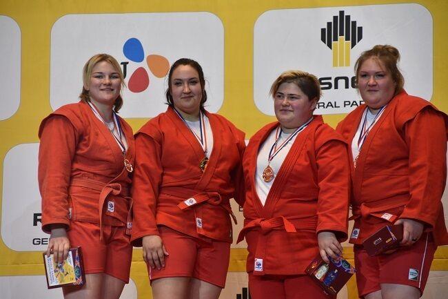 Анастасия Сапсай (вторая слева) - чемпионка мира