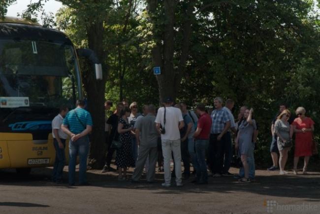 Людей из Луганска автобусами перевозят в РФ для получения российского паспорта