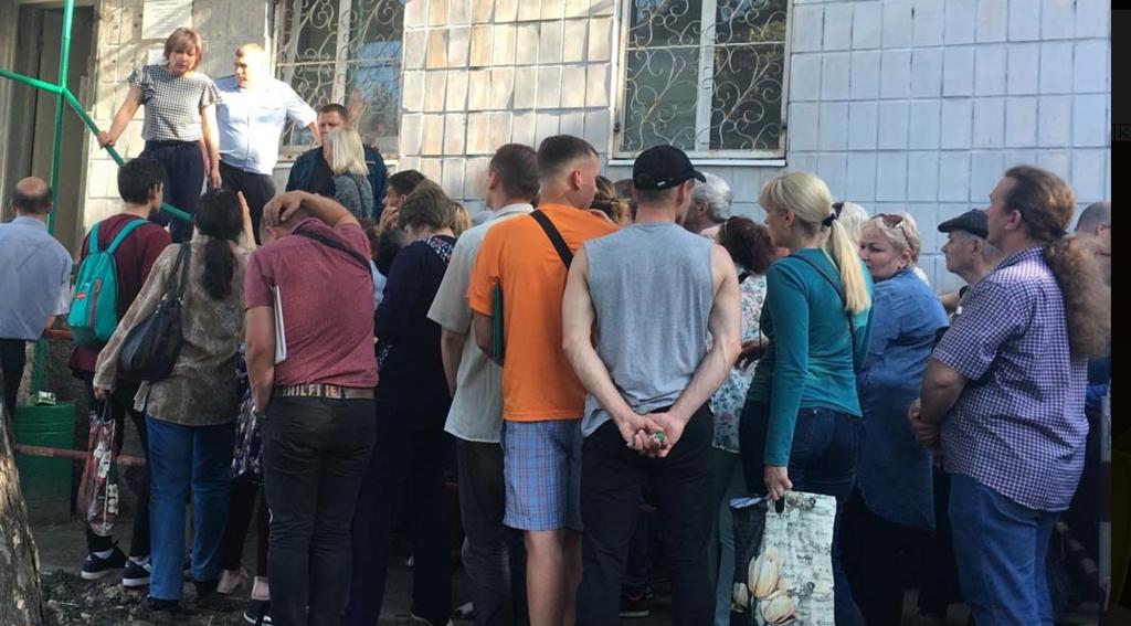 Очередь за паспортами в Луганске