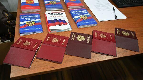 Перед получением паспорта РФ нужно почитать Конституцию и послушать гимн России