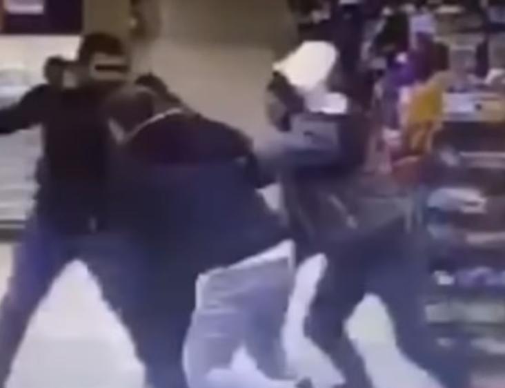В супермаркете посетители жестоко избили охранника