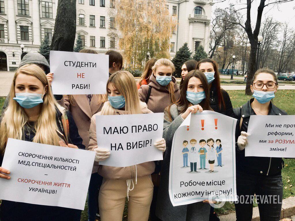 Студенты держали в руках плакаты и громко озвучивали свои требования