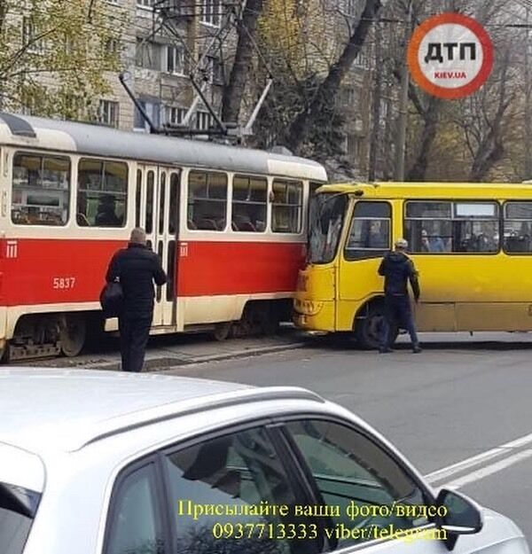 У Києві на Куренівці 14 листопада трапилася масштабна ДТП за участю маршрутки, трамвая і легкового автомобіля