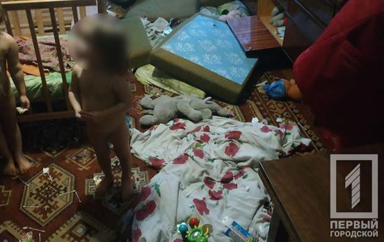 В Кривом Роге горе-мать бросила троих детей в квартире